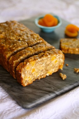 Oatmeal-banana bread with apricots and ricotta
