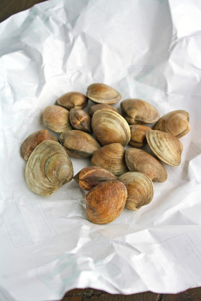 Prepare Spaghetti alle Vongole (Spaghetti with Clams) with fresh clams for a delightful dish!