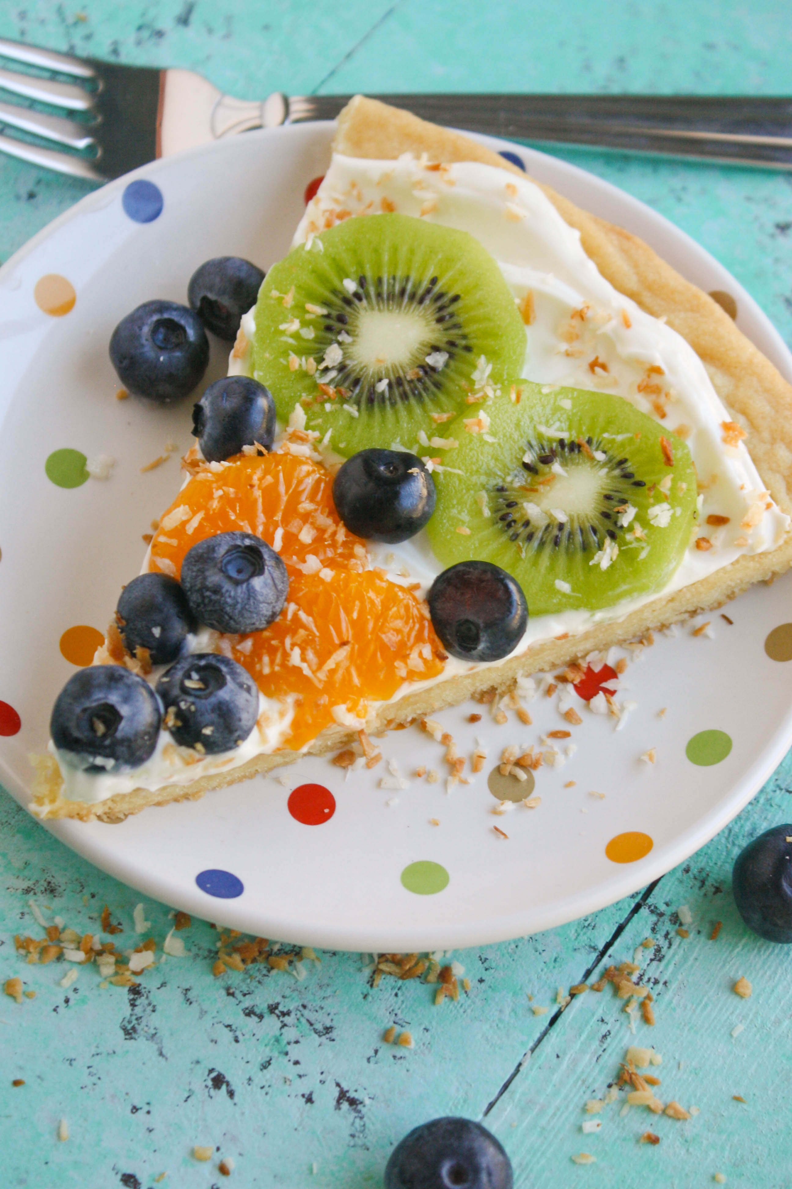 Sugar Cookie Fruit Pizza is ther perfect summer party treat! Make one for your next get together for an easy-to-make dessert!