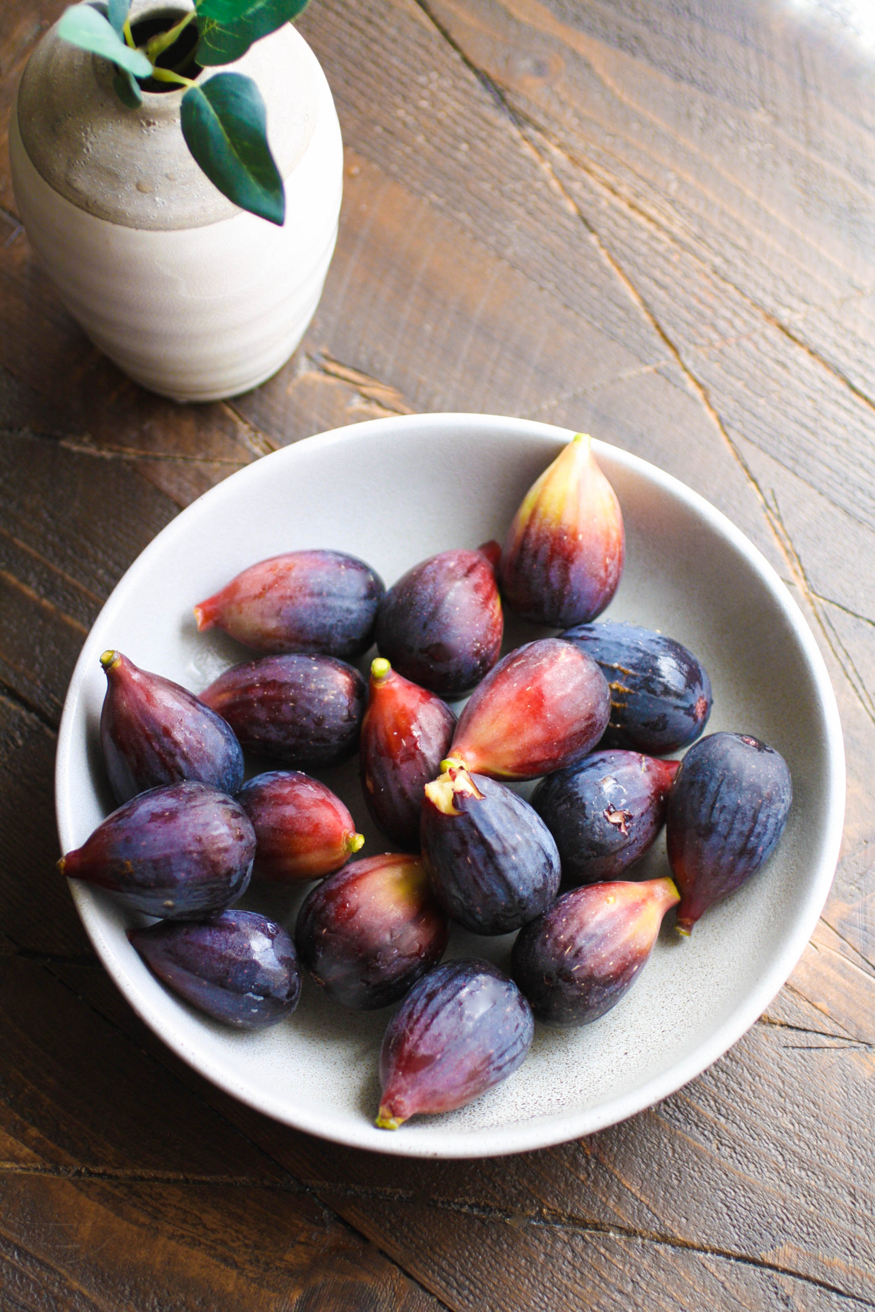 A bowl of fresh figs is perfect to make Fig and Vanilla Gelato!